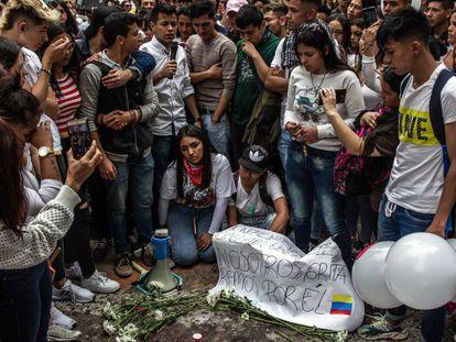 Jovens fazem homenagem a Dilan Cruz, atingido por bomba de gás lacrimogêneo na Colômbia.
