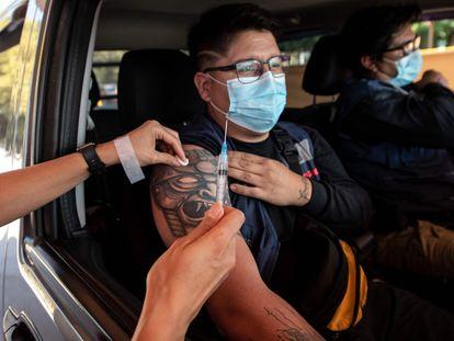 Profissional da saúde aplica a vacina contra a covid-19 em um cidadão em um centro de vacinação de Santiago, em 30 de março.