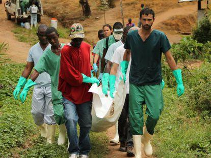 Pessoal da MSF e familiares enterram um falecido por ebola na Libéria.