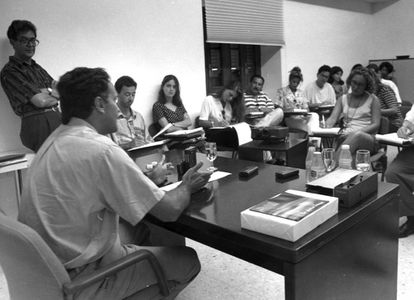 Os jornalistas Juan Arias (de pé, à esq.) e Javier Ayuso (sentado à mesa) durante um curso sobre jornalista que ministraram na Universidade de Verano de Granada, em setembro de 1994.