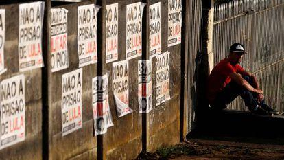 Apoiador de Lula perto da sede da PF, onde o ex-presidente está preso.