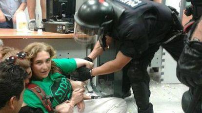 Ada Colau durante um protesto em um banco.