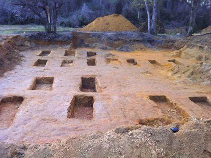 Algumas das fossas achadas no cemitério do reformatório de Marianna.