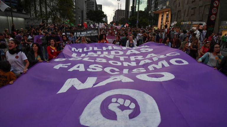 Manifestantes protestam contra o candidato Bolsonaro em São Paulo.