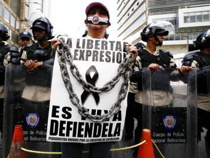 Uma mulher protesta contra os ataques à imprensa na Venezuela em fevereiro de 2014