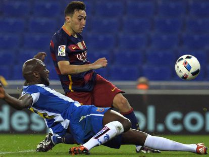 Munir chuta para marcar o primeiro do Barça no jogo.
