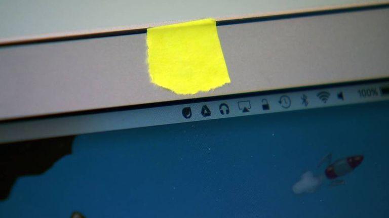Câmera web coberta com fita adesiva por medo de invasão de privacidade.
