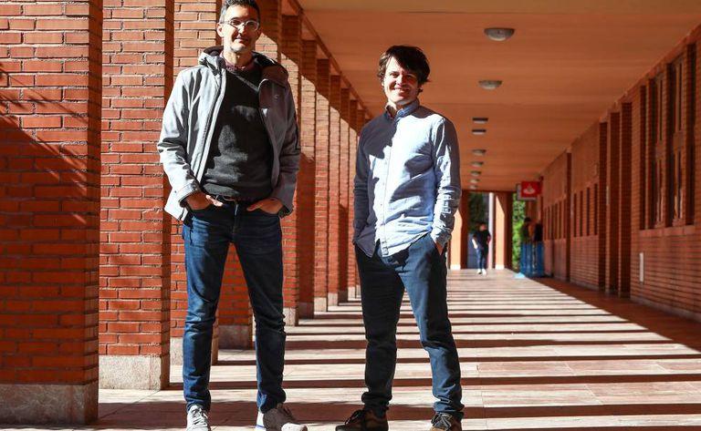 Juan Tapiador (esquerda) e Narseo Vallina-Rodríguez, chefes da pesquisa sobre o software pré-instalado nos celulares Android.