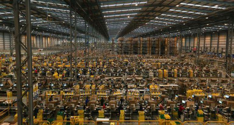 Funcionários da Amazon se preparam para a Black Friday.