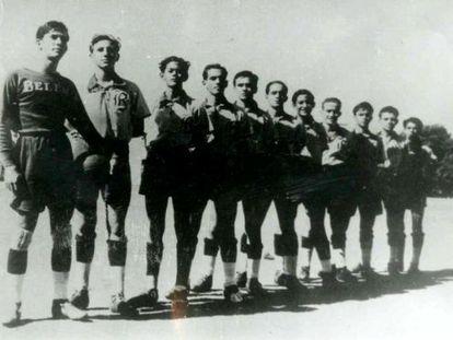 Fidel Castro, segundo à esquerda, com a equipe do colégio Belén.
