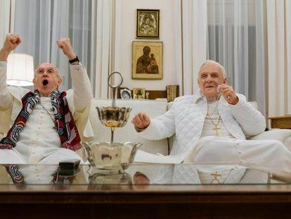 Um fotograma de 'Dois papas', com Jonathan Pryce e Anthony Hopkins.