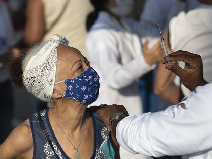 Mulher é vacinada em Duque de Caxias (RJ) nesta quarta-feira, 24 de março.