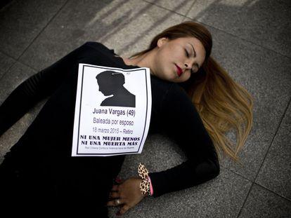 Uma mulher participa de um protesto contra os feminicídios em frente ao Palácio da Moeda, em junho de 2015.