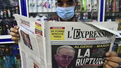 Um argelino segura um jornal com uma foto do chanceler Ramtane Lamamram na capa, em 25 de agosto, após o rompimento das relações diplomáticas com o Marrocos.