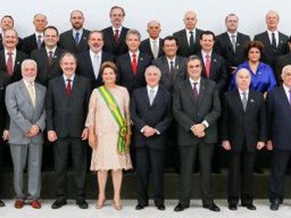 Dilma, ao centro, Temer, à sua esquerda, e os 39 ministros.