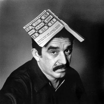 García Márquez com um exemplar de 'Cem anos de solidão' no final dos anos 60.