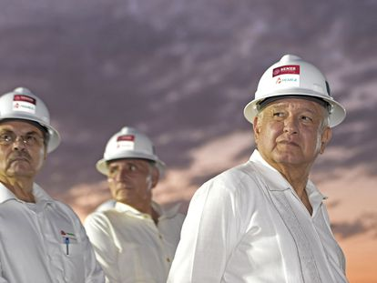 O presidente do México, Andrés Manuel López Obrador, em uma usina da Pemex no começo de 2020.