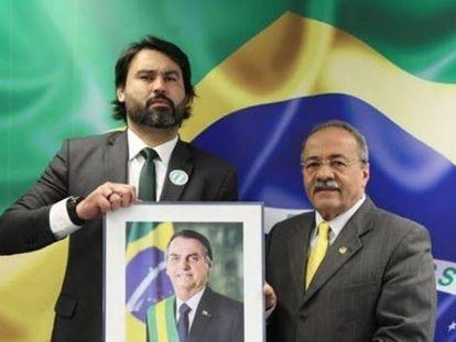 Léo Índio, aliado próximo do Planalto, e o senador Chico Rodrigues, vice-líder do Governo, exibem foto de Bolsonaro.
