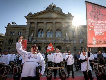 Manifestantes em frente à Câmara dos Deputados da Suíça  em ato contra 'passaporte da vacina', neste sábado.