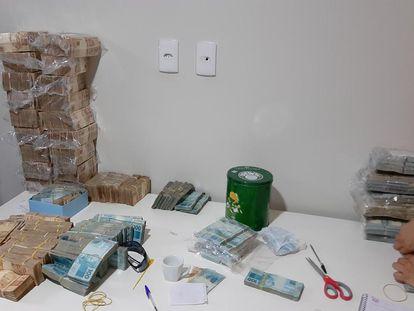 Dinheiro apreendido na operação da Polícia Federal desta segunda-feira que investiga lavagem de dinheiro em esquema que mantém o PCC.