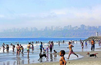 Praia de Água Doce no distrito limenho de Chorrillos.