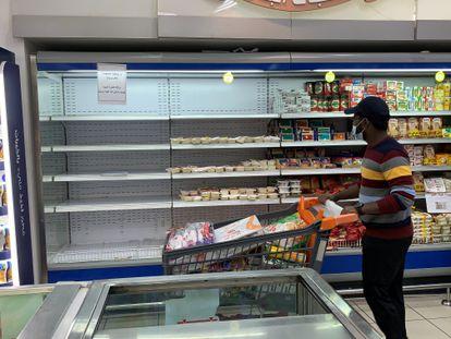 Um cliente passa em frente a um frigorífico do qual foram retirados os produtos franceses em um supermercado do Kuwait, na segunda-feira.