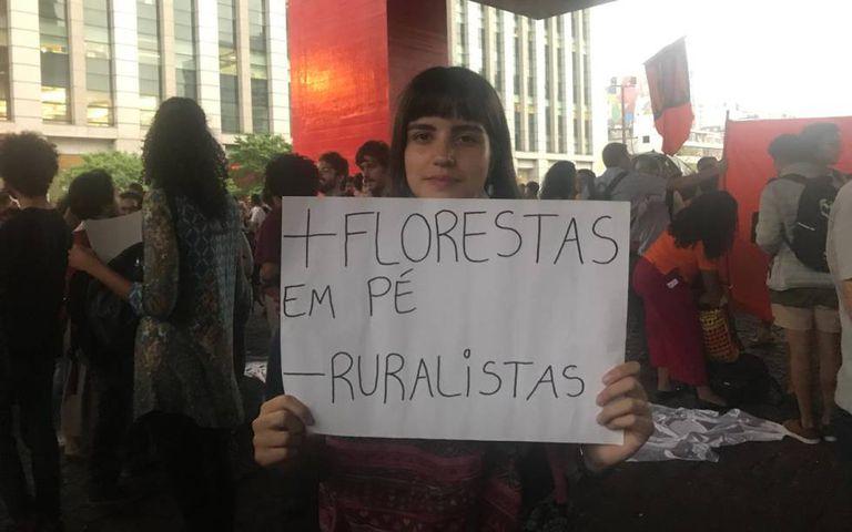 Manifestante na avenida Paulista, nesta sexta.