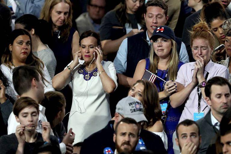 Militantes democratas acompanham a contagem dos votos em Nova York.