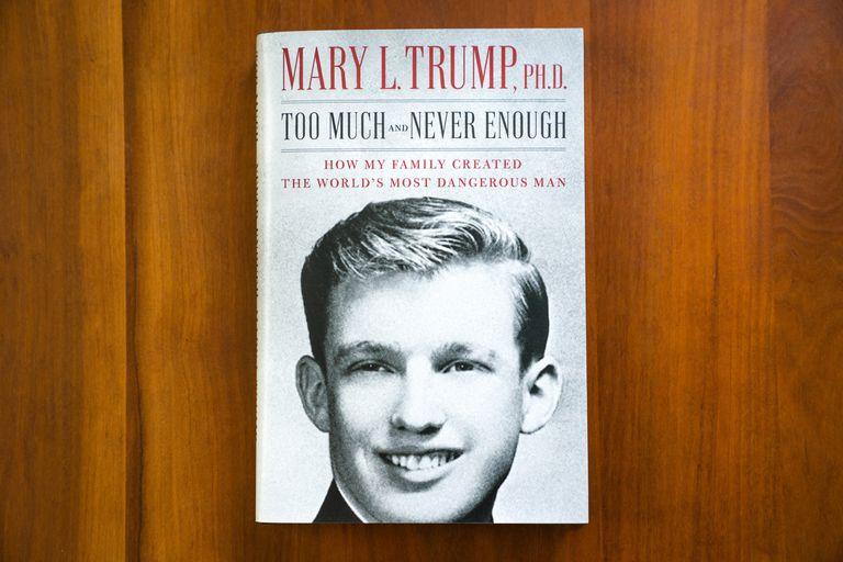 A capa do livro 'Demais e nunca o suficiente: como minha família criou o homem mais perigoso do mundo'.