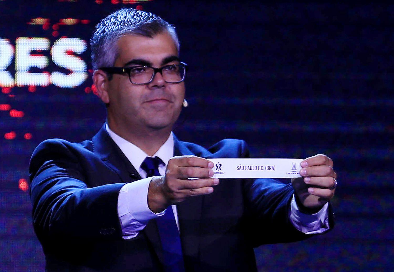 Momento em que Fred Nantes, diretor da Conmebol, sorteia o São Paulo para o grupo do River Plate.