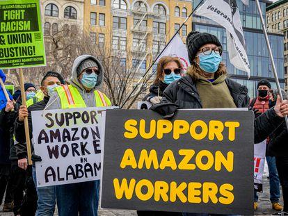 Trabalhadores da Amazon protestam em Nova York, em fevereiro.