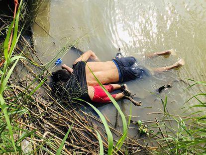 Os corpos de Óscar e Valeria Martínez no rio Bravo.