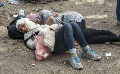 Duas mulheres dormem em um campo de refugiados na Sérvia.
