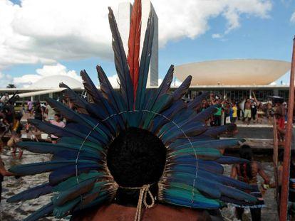 Grupos indígenas protestam em frente ao Congresso Nacional no dia 25 de abril