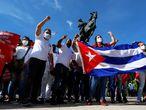 Cientos de cubanos participan en una marcha en apoyo a la revolución cubana este jueves por la zona del Malecón en La Habana (Cuba).