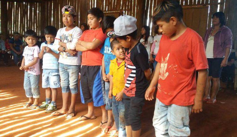 Crianças da etnia avá-guarani, na aldeia Ocoy.