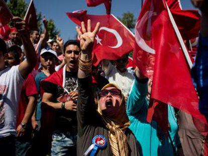 A rejeição das ruas, a condenação da oposição e as redes sociais fizeram fracassar a intentona militar