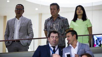 Peter Lim (centro), dono do Valencia, no Mestalla, em 2014.
