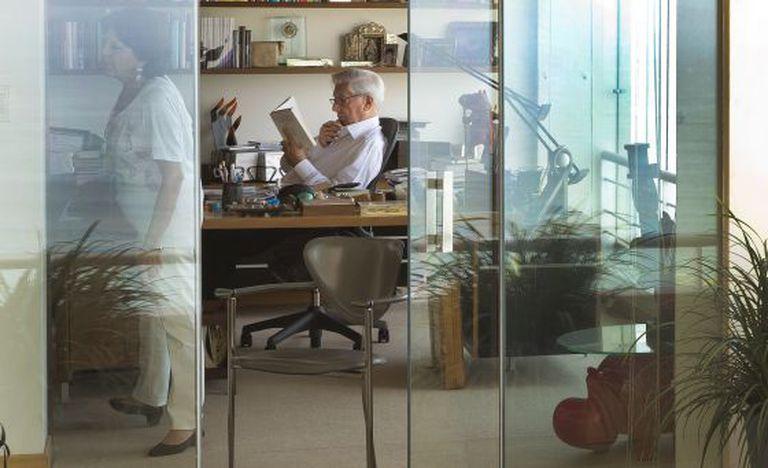 O escritor Mario Vargas Llosa em sua casa em Lima.