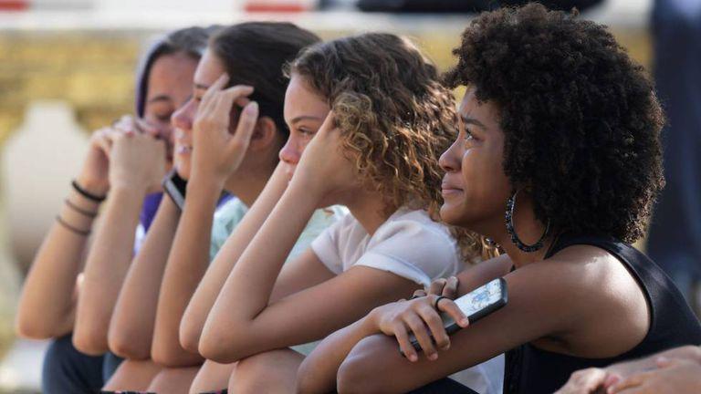 Estudantes e pesquisadoras choram em frente ao Museu Nacional, no Rio de Janeiro, destruído por um incêndio.