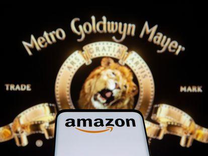 Um celular com o logotipo da Amazon diante de uma imagem da MGM.