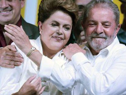 Dilma discursa ao lado de Lula na noite deste domingo.
