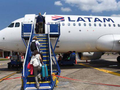 Passageiros embarcam na Latam Airlines no aeroporto de Puerto Maldonado, no Peru.