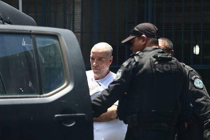 O empresário Eike Batista, de cabelo raspado, deixa o presídio Ary Franco, no Rio de Janeiro