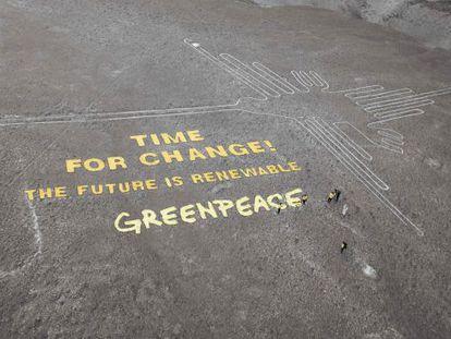 Mensagem em uma área das Linhas de Nazca, no sul do Peru.