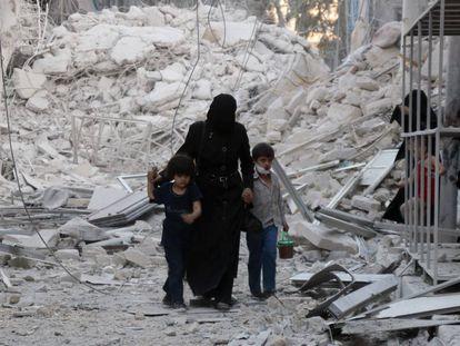 Uma família síria abandona uma área bombardeada no norte da cidade de Aleppo