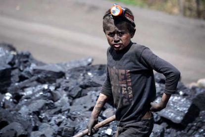 Uma criança em uma mina no Afeganistão.