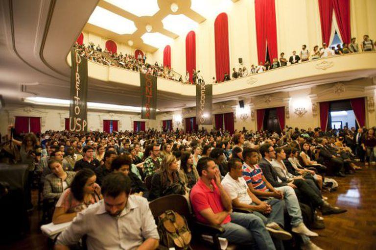 Debate sobre a redução da maioridade penal no salão nobre da Faculdade de Direito da USP.