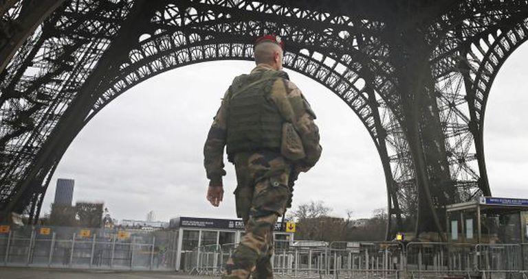 Soldado patrulha a Torre Eiffel em 10 de janeiro.