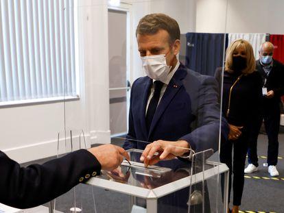 O presidente francês, Emmanuel Macron, votando neste sábado, 27 de junho , em Le Touquet.
